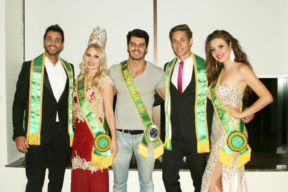 Mariano Jr. posa ao lado dos vencedores do concurso Miss e Mister Brasil Estudantil 2016. Foto: Divulgação