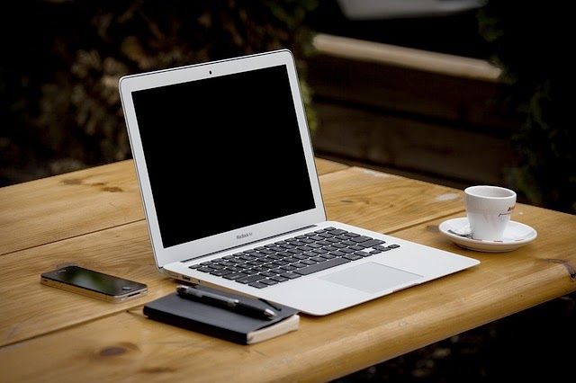 Laptop, celular, cafe, boligrafo y agenda