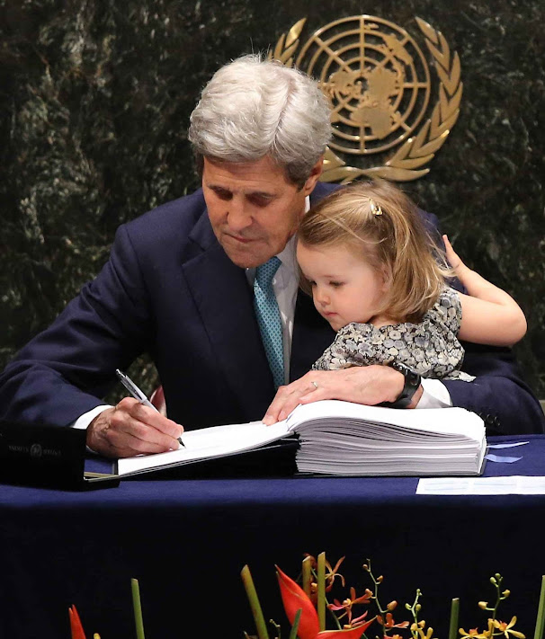 Kerry assina um acordo que sabe que não passará nos EUA.