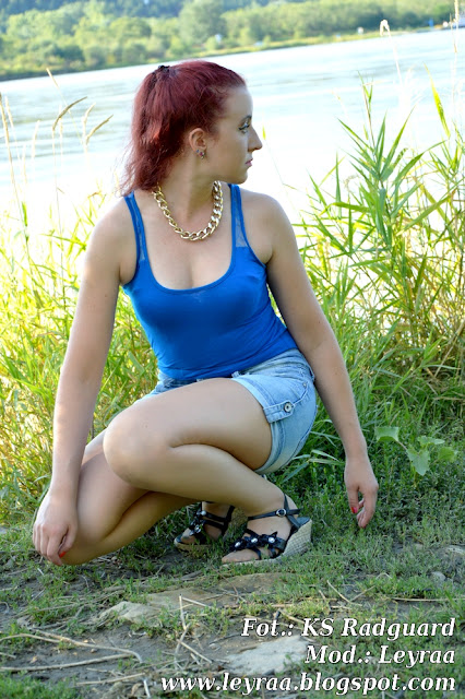 22.07.2016 Niebieska bokserka, szorty jeansowe, sandały z kwiatami na koturnie, złoty łańcuch, czerwone włosy, Kazimierz Dolny