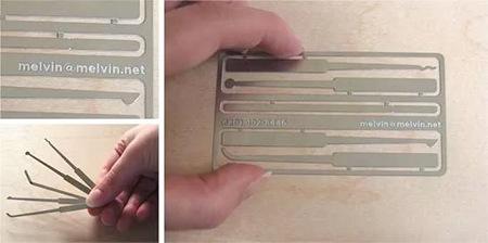 بطاقة عمل معدنية لطبيب أسنان تحمل أدوات علاج الأسنان مصغرة