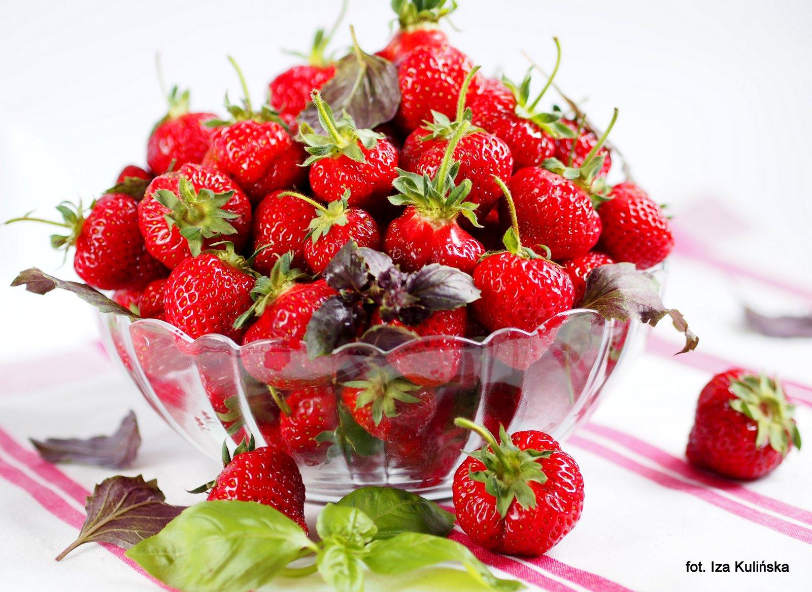 jak wykorzystac truskawki, truskaweczki, owoce lata, lato, dania z truskawkami, ciasto z truskawkami, desery, strawberry, pomysl na truskawki