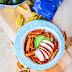 Przepis na Światowy Dzień Makaronu - Penne z sosem pomidorowym z dodatkiem pieczonej papryki, podawane z awokado i pieczonym kurczakiem
