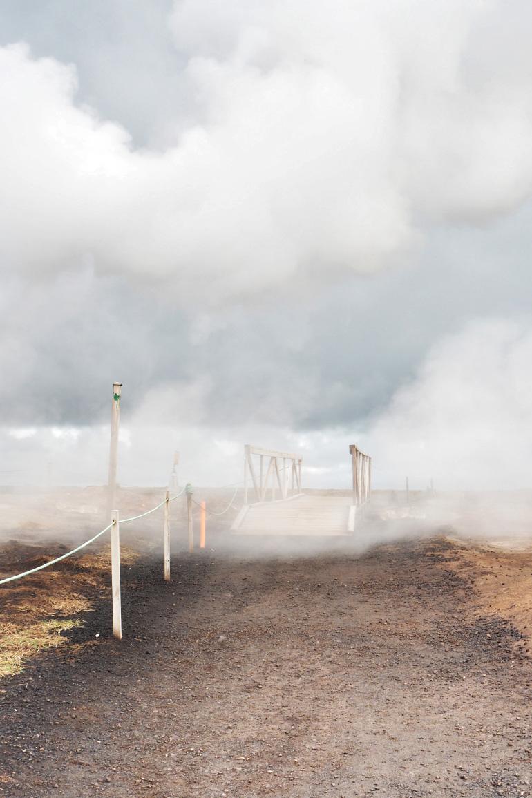 Ambiance brumeuse et magique à Gunnuhver en Islande