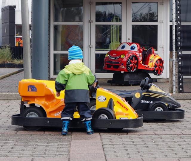 Spaß und Action für die ganze Familie: Das KidsVIP Programm von Westerland.dk Dänemark Urlaub Kinder Ausflüge Attraktionen Beach Bowl Söndervig Bowling Minigolf Adventure Golf Elektro Autos