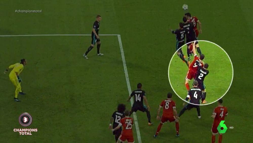 cd7417ea959 Clamoroso penalty de Carvajal a Lewandovsky.. Con este hubiera bastado