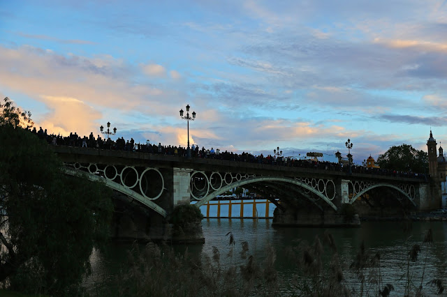La Estrella por el puente de Triana
