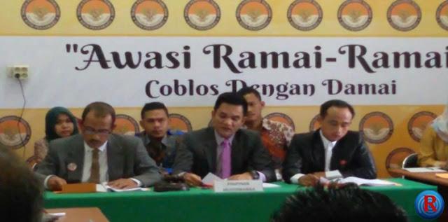 Ketua Panwas Kota Pekanbaru, Indra Khalid Nasution (tengah) membacakan hasil putusan sidang sengketa yang menetapkan pasangan calon Ide SUA berhak mengikuti Pilkada 2017 di Kota Pekanbaru