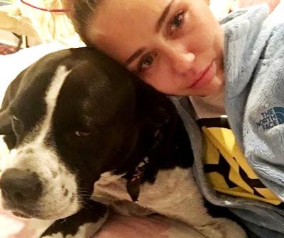 Foto de Miley Cyrus llorando junto a su mascota