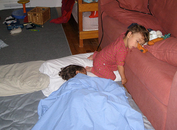 15+ Hilarious Pics That Prove Kids Can Sleep Anywhere - Napping While Kneeling