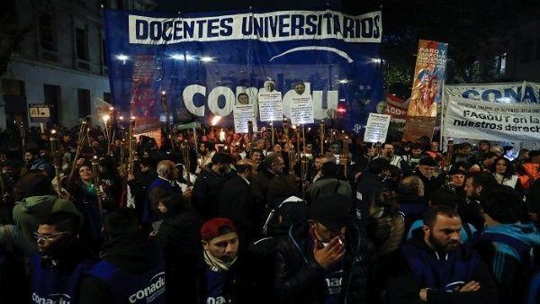 Inicia semana de huelga universitaria en Argentina por mejoras salariales