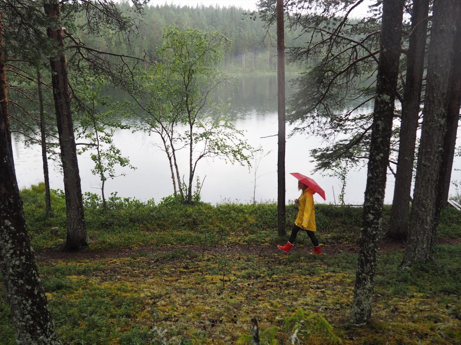 sade säällä metsässä seikkailulla, punainen sateenvarjo ja keltainen sadetakki, Fia Hollmén