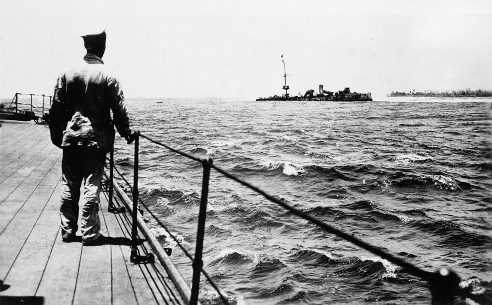 Az Emden, a német Keresz-Ázsia század egyik része, az Emden, a német kelet-ázsiai század része, 1914 októberében egy malacsi Penangban egy orosz cirkálót és egy francia rombolót támadott meg és süllyedt el. Az Emden ezután elindult. elpusztítani egy brit rádióállomást az Indiai-óceán Cocos-szigeten.  A raid alatt a HMAS Sydney ausztrál cirkáló megtámadta és megsértette az Emden-t, és arra kényszerítette, hogy földre szálljon.