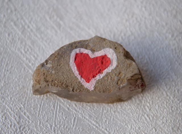 DIY: Steine mit Stiften bemalen - Tipps für Anfänger. Noch ein Tipp: Lasst erst die eine Farbe auf dem Stein trocknen, bevor Ihr mit der nächsten losmalt!