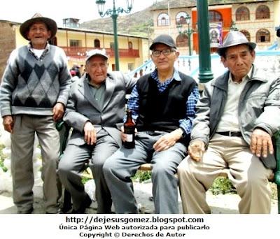 Fotos de ancianos en Plaza de Santa Cruz de Andamarca - Huaral. Foto de ancianos de Jesus Gómez