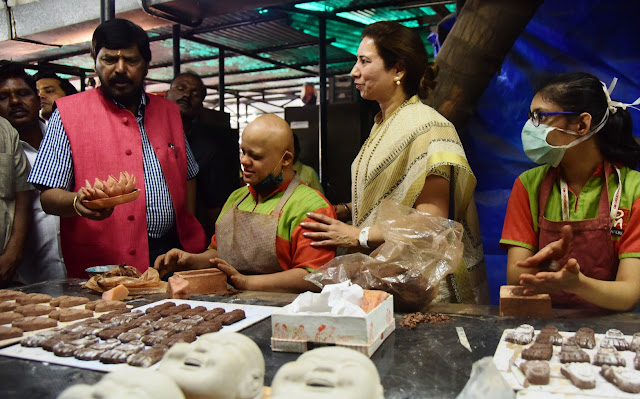 Shri Athwale Ji apperciates the artifacts created by specailly-abled adults of Om Creations