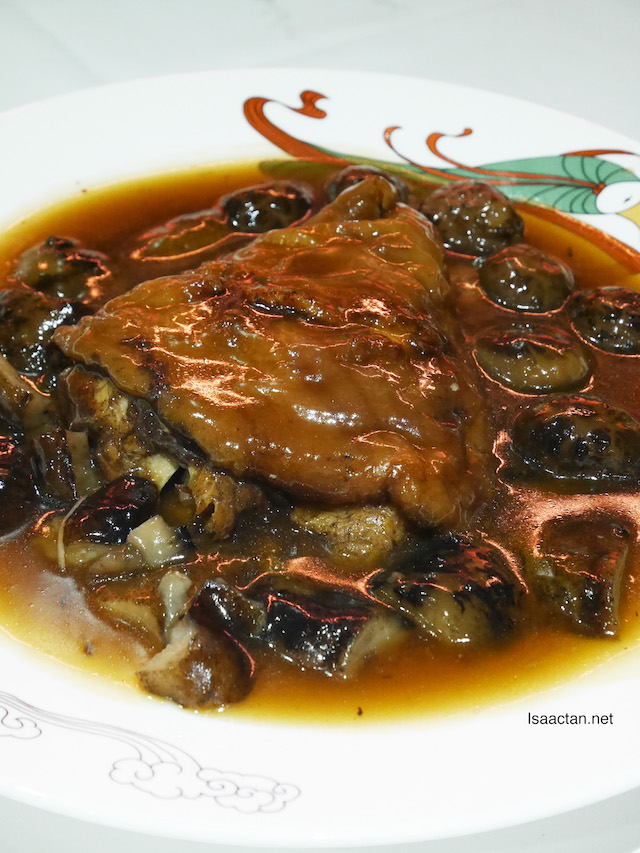 Braised Pork Knuckle with mushroom and sea cucumber