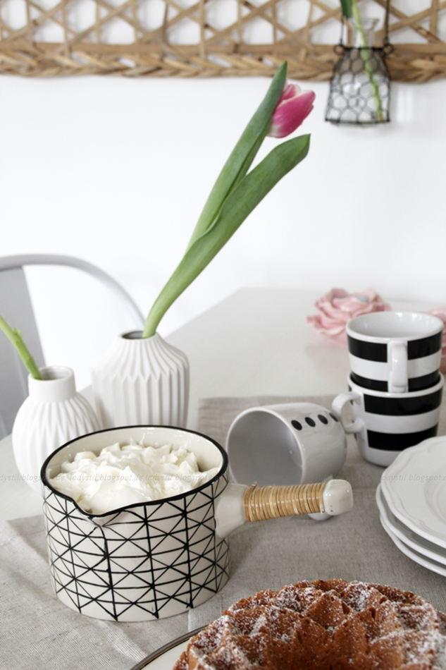Mit leichten Pastellfarben zieht der Frühling in die Küche ein! Küchenumstyling mit neuen Gelenk-Lampen! Blick auf den gedeckten Tisch mit Servierkanne und Kuchen