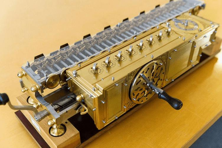 Calculadora de Leibniz de 1672 foi um aperfeiçoamento da máquina de Pascal