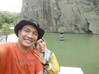 Selfie bersama pasangan di area Tebing Breksi menjadi ritual wajib.