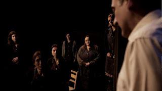 """""""Οι επισκέπτες του Δεκαπενταύγουστου"""" της Άννας Ετιαρίδου, σε σκηνοθεσία Κώστα Δελακούρα."""