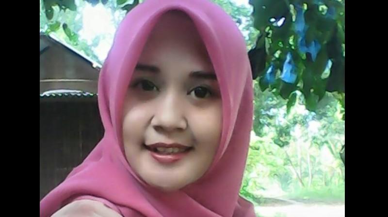 Angesti Sistiani (19) penjaga warung di Sukabumi