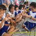 Dạy trẻ em cách làm đồ chơi từ lá dừa