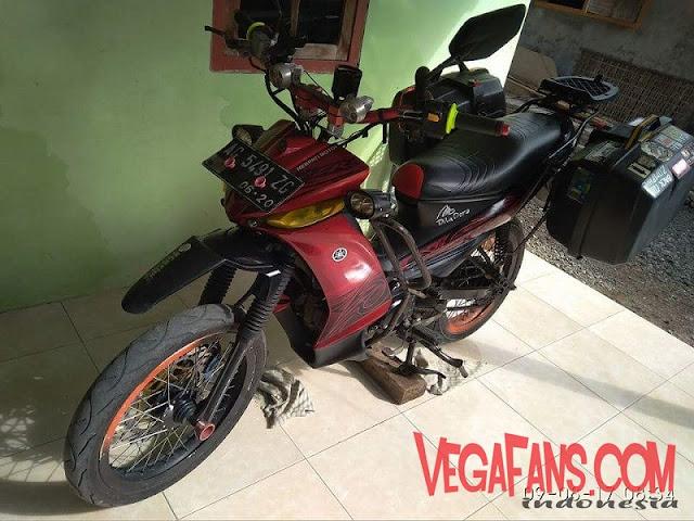 Vega ZR Warna Merah Modif Touring Tampak Samping Dengan Box