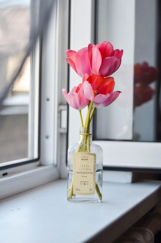 Reciclaje creativo: botella de vidrio de licor como florero