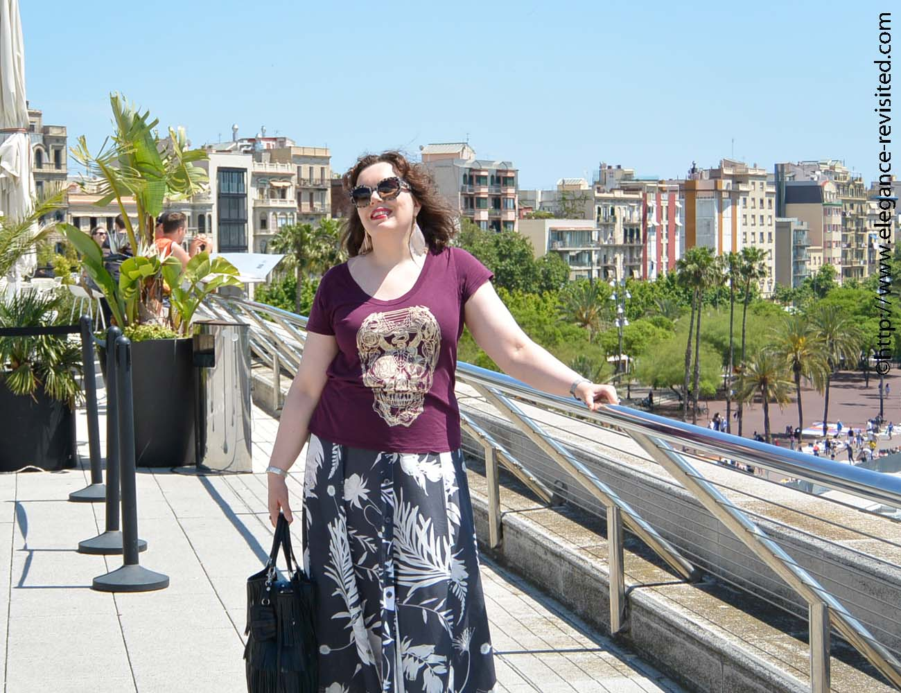 how to wear a graphic tee over 40