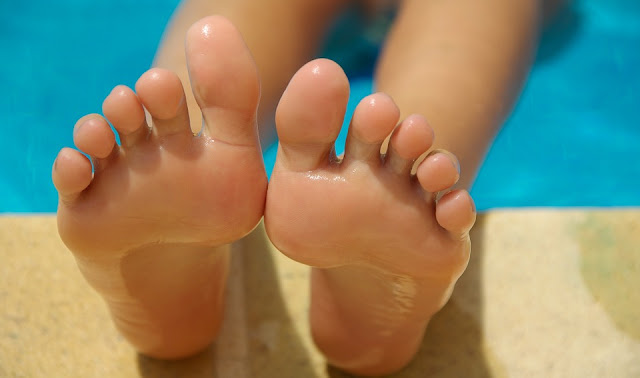 smell feet, causes of smelly feet, what causes feet to smell, sweaty feet causes, sweaty feet cure, get rid of foot odor, smelly sweaty feet solutions, cure to smelly feet