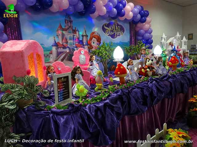 Decoração temática da mesa do bolo da Princesa Sofia