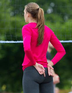 mujeres lindas jugando voleibol