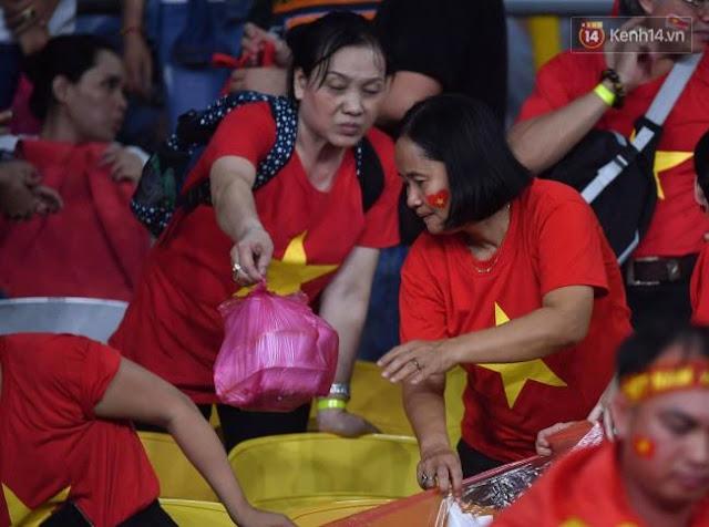 Cổ động viên Việt Nam dọn rác ảnh 10