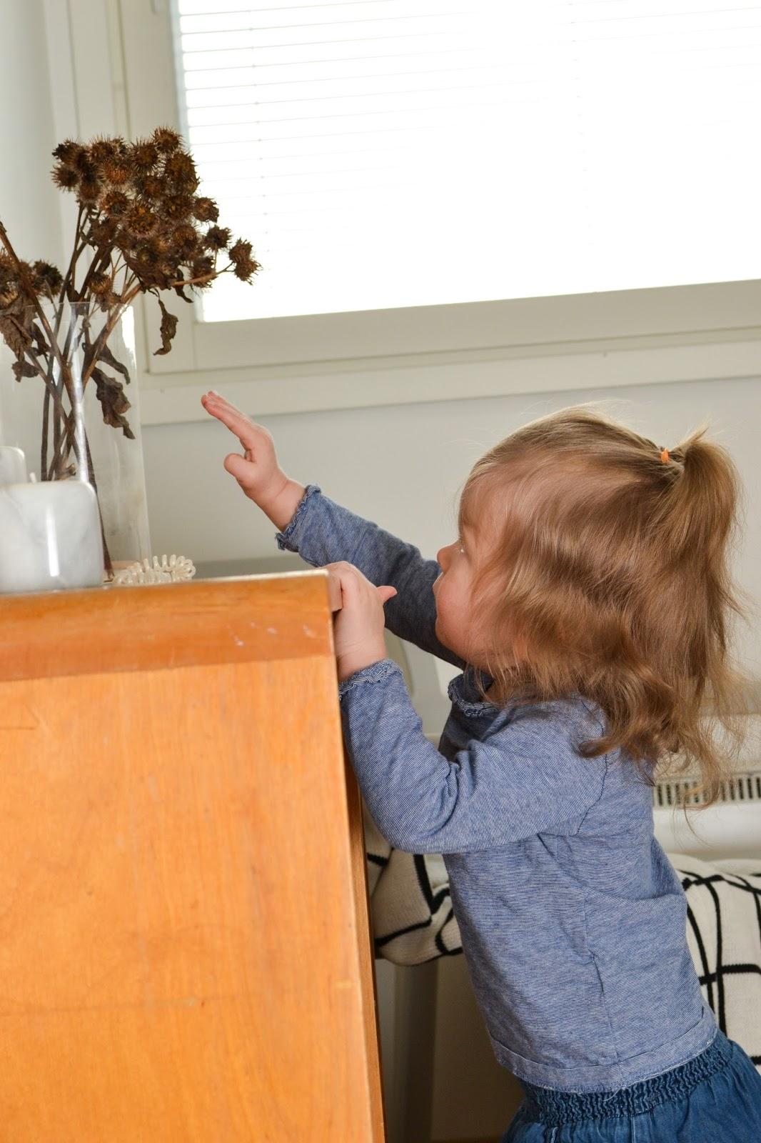 Saippuakuplia olohuoneessa -blogi, kuva Hanna Poikkilehto, taapero, puolitoista vuotias, lapsen kehitys, lapsi, perhe, makuuhuone, tyttö, kirjakaappi, vintage, ohdake,
