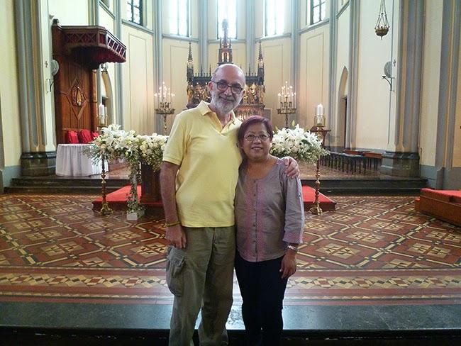 En el altar de la catedral de Jakarta