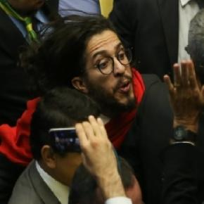 Jean Wyllys cospe em Jair Bolsonaro e imagem bomba na web