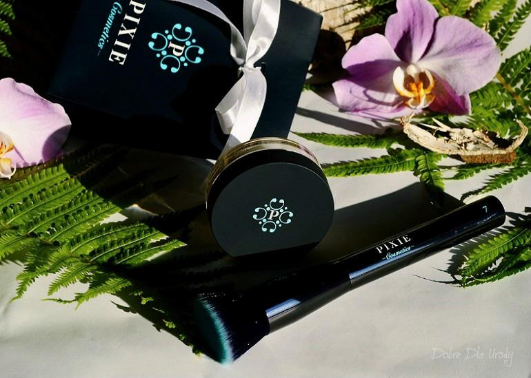 Podkład mineralny Minerals Love Botanicals oraz Pędzel do twarzy Flat Top Buffing Brush Pixie Cosmetics