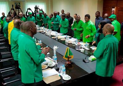 Mwenyekiti wa CCM Rais Dk. John Magufuli akilakiwa na wajumbe alipowasili ukumbini kuogoza kikao cha Kamati Kuu ya CCM, katika Ofisi Ndogo ya Makao Makuu