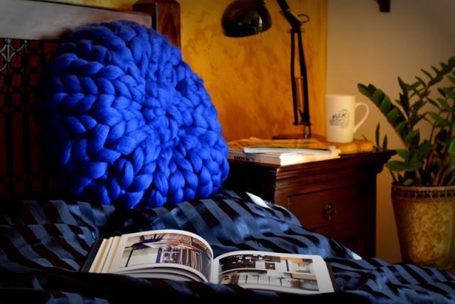 Jak zrobić okrągłą poduszkę z wełny czesankowej? Chunky knit round pillow DIY.