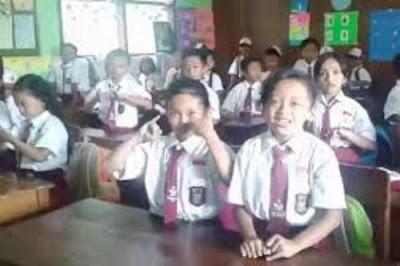 Pada awal kegiatan belajar para siswa harus menyanyikan lagu Indonesia Raya.