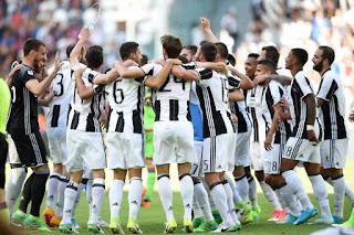 FÚTBOL - Una histórica Juventus alza su sexta liga italiana consecutiva