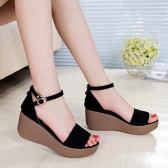 Model Sepatu Sandal Wedges Yongki Komaladi Terbaru