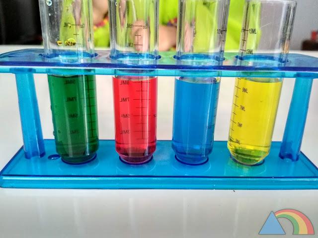 Tubos de ensayo con agua de colores amarillo, azul, rojo y verde