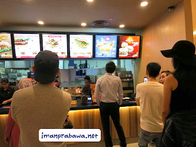Menunggu Antrian Burger King Singapore