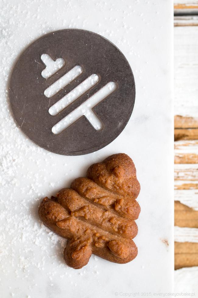 ciastka czekoladowe choinki wyciskane z maszynki do ciastek