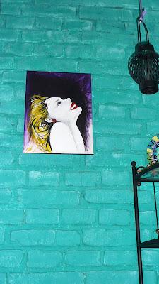 obraz na ścianie z cegły w kolorze turkusu , portret kobiety