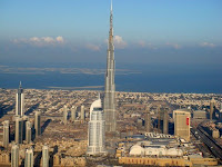 La imagen distorsionada de Dubai como metrópolis en la que todo es lujo junto con el crecimiento del 8,5% del PBI de los Emiratos en 2008, resulta preocupante para el futuro de la economía ya que la misma palabra «crisis» suena improbable cuando se asocia a los Emiratos. No obstante, las previsiones económicas no son muy prometedoras. El Banco egipcio de Inversión EFG Hermes ha pronosticado una contracción del PIB en términos absolutos –un golpe muy duro para una de las economías de mayor crecimiento hasta el pasado año. Los empresarios y políticos de Dubai están profundamente preocupados y se va a tomar una acción de emergencia.