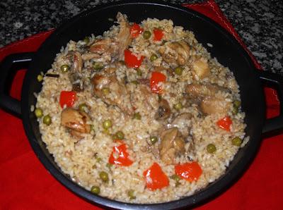 cazuela de arroz con conejo, pimiento y guisantes