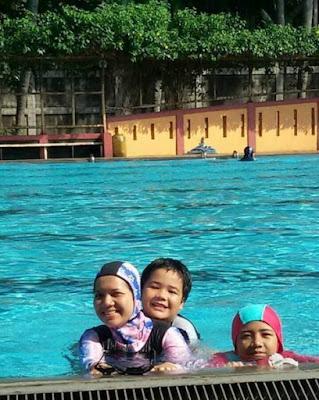 saya besama anak anak berenang saat panas terik di hotel bomi wiyata depok nurul sufitri